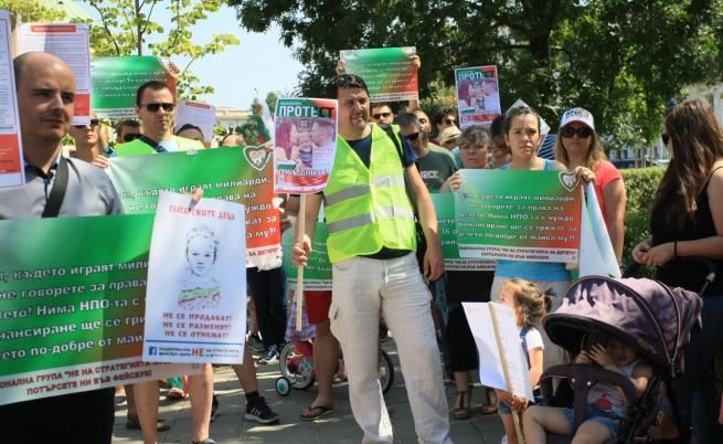 Протестиращи искат ненамеса на държавата в семейството