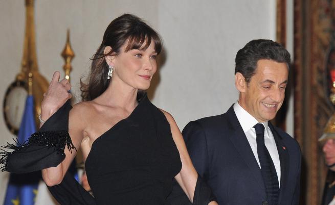 Нова снимка на Карла Бруни и Саркози предизвика коментари