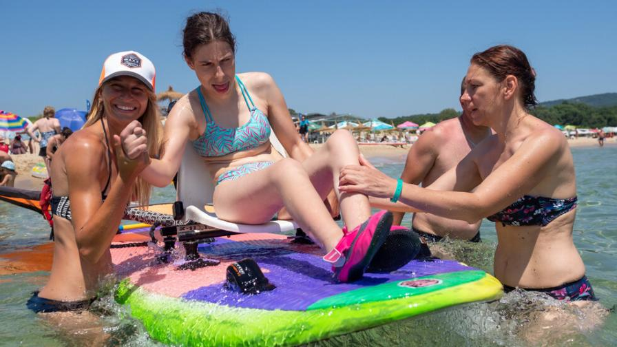 Малките герои на ParaKids практикуват водни спортове