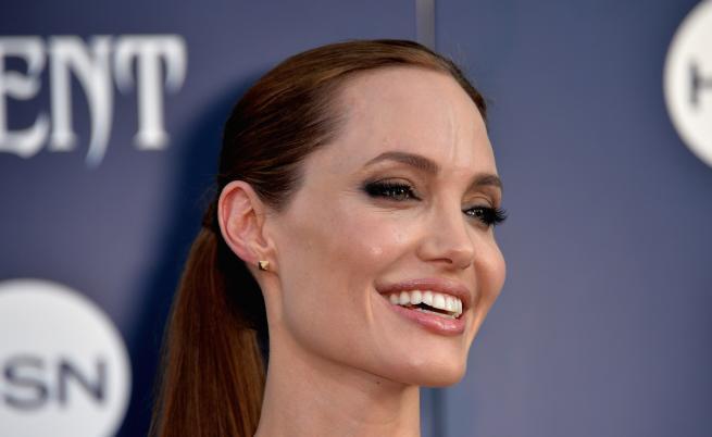 Анджелина Джоли озари Париж с невероятна рокля (СНИМКИ)