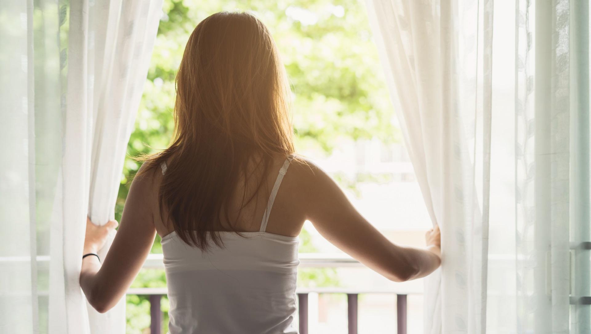 <p>Не игнорирайте качеството на въздуха в спалнята<br /> <br /> Лошото качество на въздуха в спалнята може да бъде много вредно за здравето ви, тъй като може да доведе до проблеми със съня и с дишането. Липсата на качествен сън може да доведе не само до изтощение, но и до прекомерно натоварване на нервната система и основни органи. Проветрявайте спалнята си редовно, отваряйки прозореца. Ако имате алергии и това не е опция, отворете вратата на спалнята, за да циркулира въздуха.</p>