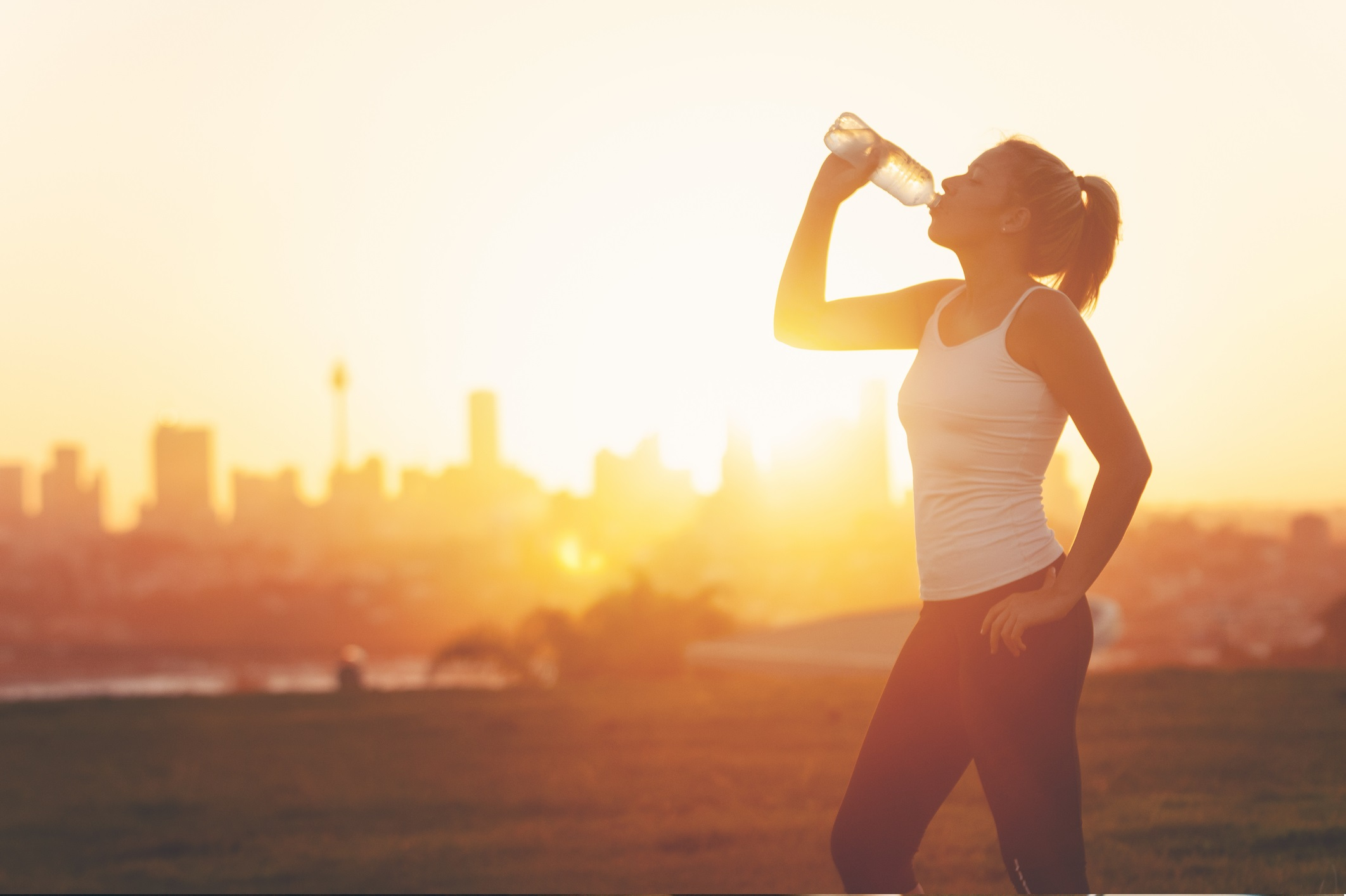 <p>Не избягвайте водата<br /> <br /> Независимо дали сте професионален спортист или аматьор, дехидратацията може да доведе до мускулни крампи, които да доведат до контузии. Мускулите и органите имат нужда от вода, за да функционират правилно. Юопитайте се да пиете поне по 8 чаши вода дневно.</p>
