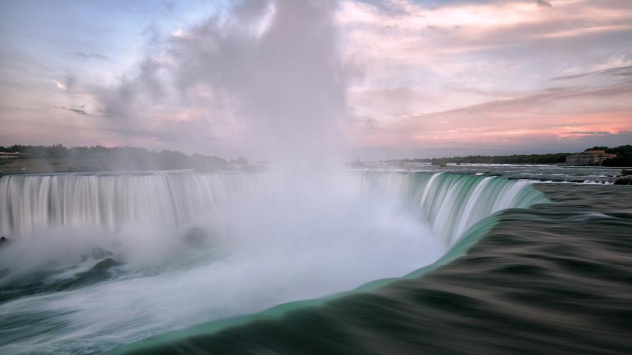 <p>Човек оцеля след падане от 57 м. в Ниагарския водопад</p>