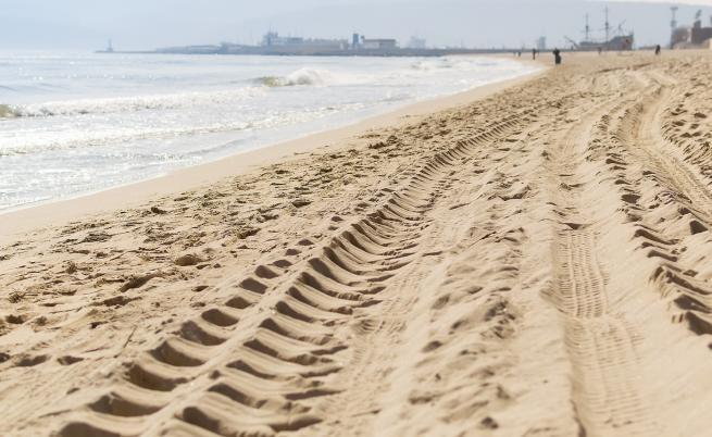 Защо българите паркират върху плажа