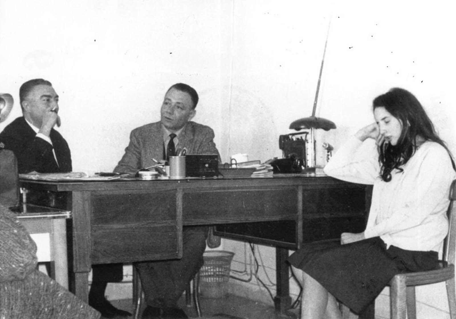 <p>Франка Виола дава показания пред полицията, след като е държана в плен от Филиппо Мелодия в продължение на 8 дни.</p>