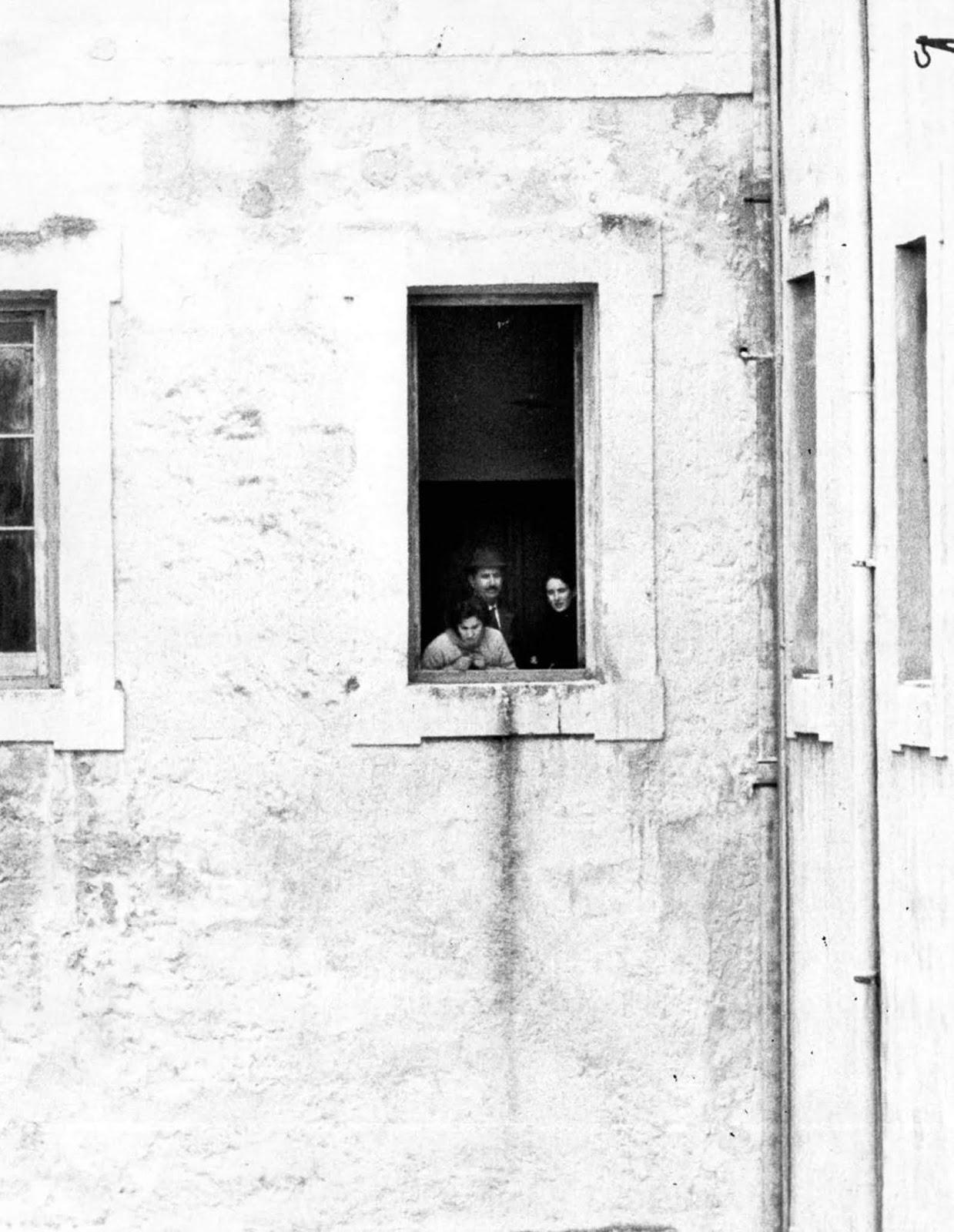 <p>Франка Виола и родителите ѝ надничат през прозореца.</p>