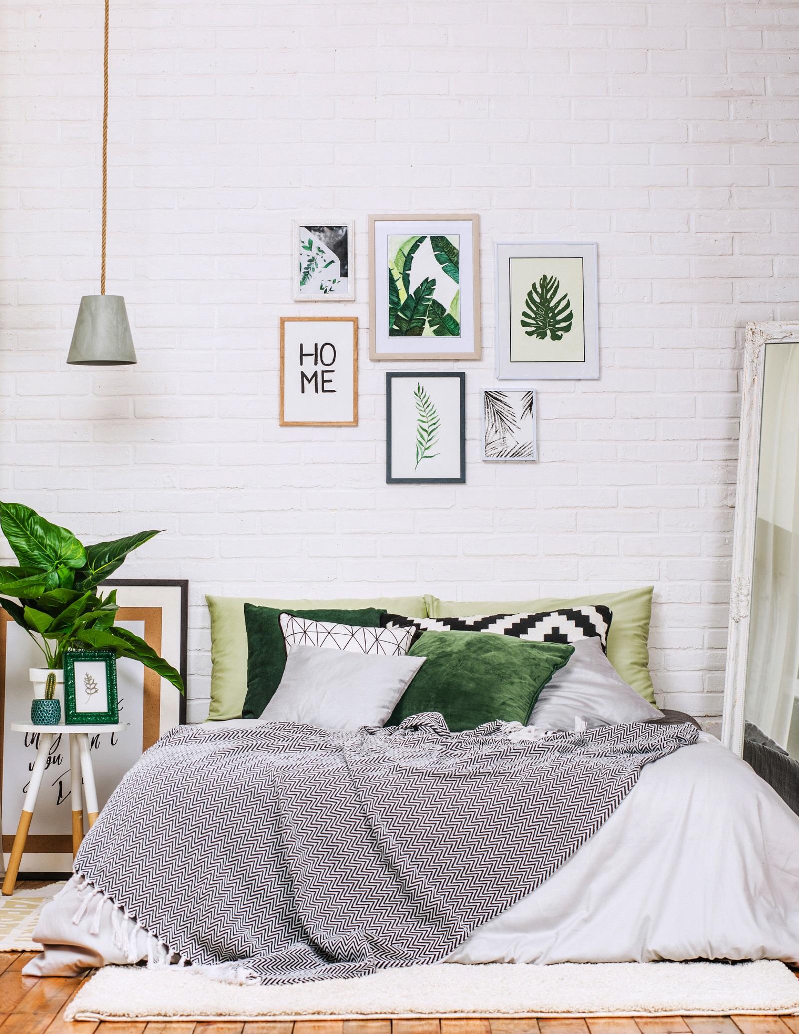 <p>Най-доброто място&nbsp;е точно над леглото или на стената срещу него. Изберете абстрактни изображения в успокояващи пастелни тонове с тънки&nbsp;едва забележими рамки.&nbsp;</p>