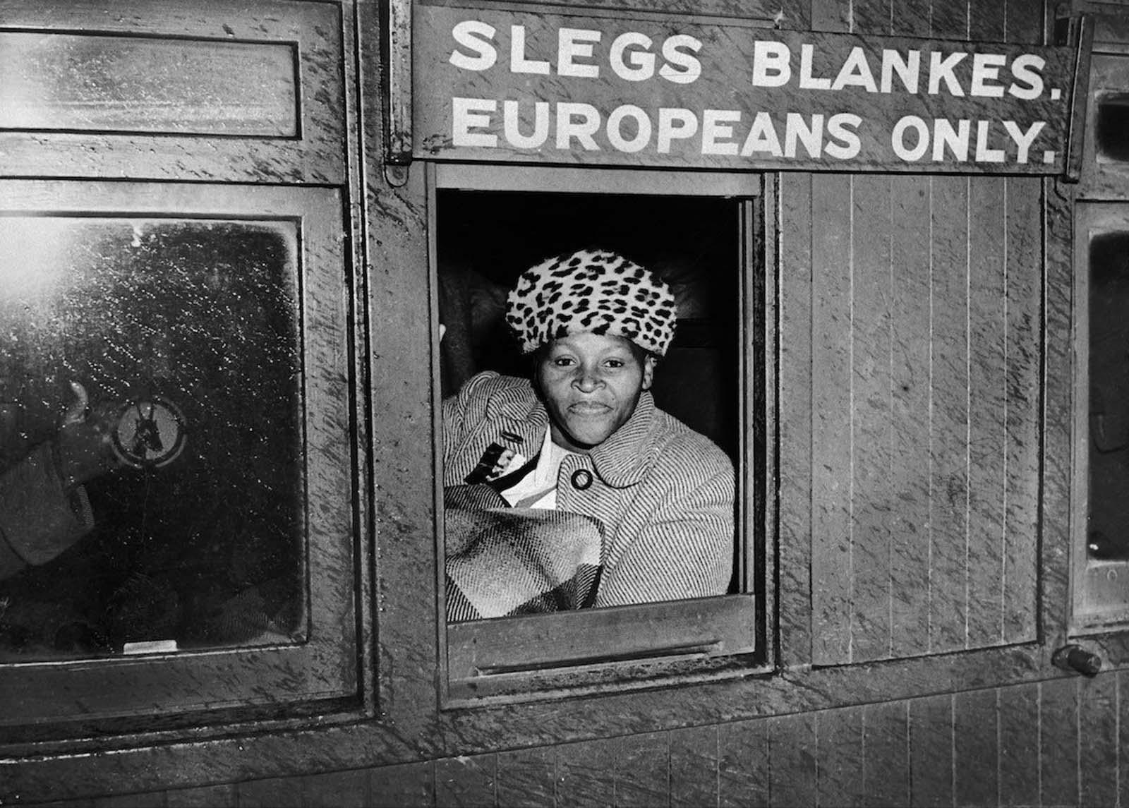 <p>1952, Жена се качва във вагон &quot;само за бели&quot; в знак на протест.</p>
