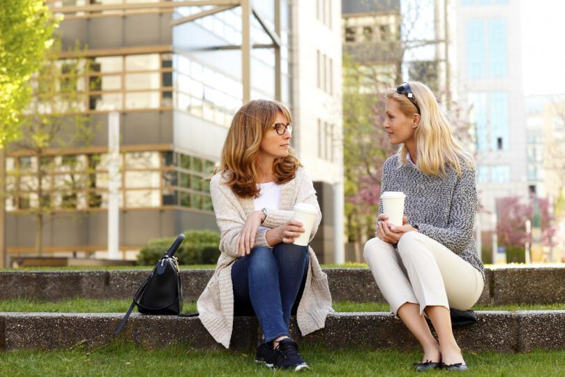 <p><strong>Насрочи работна среща с разходка или провеждай разговори по телефона навън</strong></p>  <p>Не е нужно да оставиш ангажиментите си настрана, за да смениш обстановката. Вместо да запазваш конферентна зала за среща или място за провеждане на разговори, както винаги, измести тези задачи навън.</p>  <p>Избери тихо място наблизо за среща или обаждане по телефона &ndash; колегите ти ще оценят това разнообразие, а ти самата може би ще усетиш, че новите места раждат по-различни&nbsp;идеи. Когато се върнеш на бюрото, ще се чувстваш освежена и готова да се фокусираш.</p>