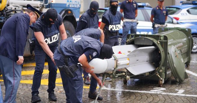 """Свят Конфискуваха ракета """"въздух-въздух"""" и нацистки предмети в Италия Двама"""