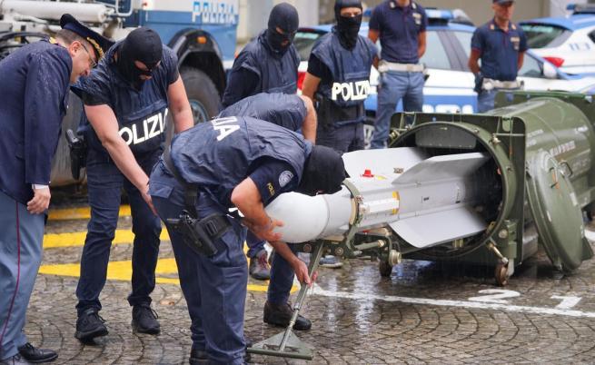 """Конфискуваха ракета """"въздух-въздух"""" и нацистки предмети в Италия"""