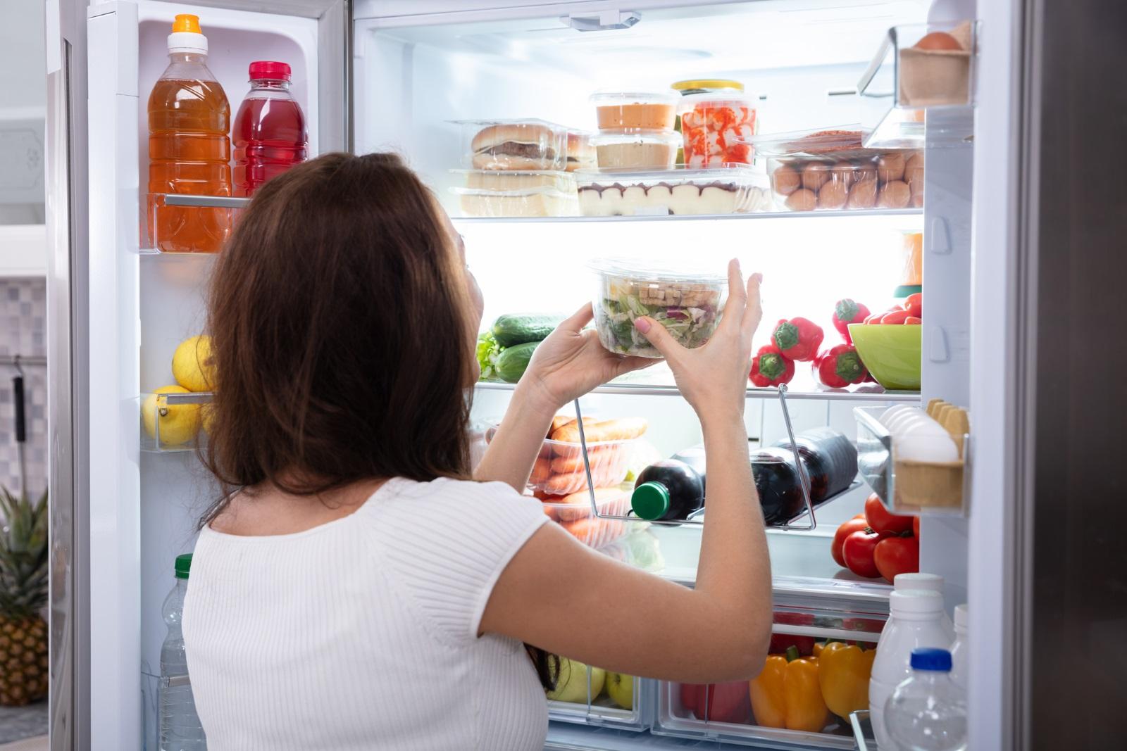 <p>Хладилникът/фризерът не изстудява добре</p>  <p>Това е проблем, който не бива да пренебрегвате особено в летните месеци. Проверете дали вратите се затварят плътно или уплътнителите не са се изхабили.&nbsp;</p>