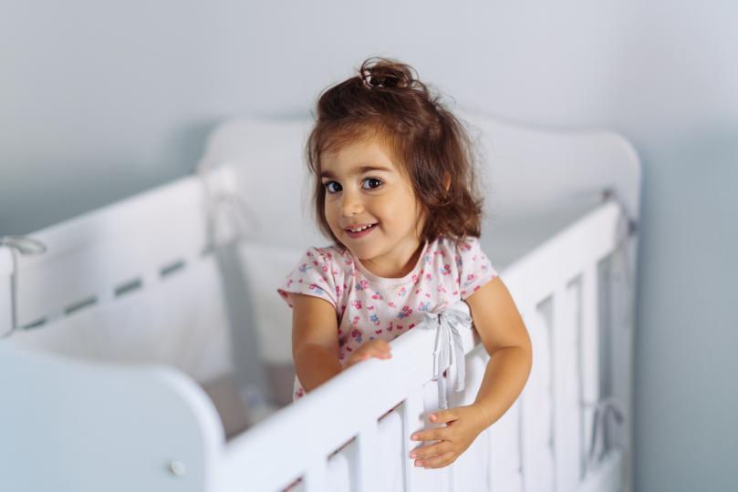 <p>Мотивирайте детето си само да организира своя вечерен ритуал. Дайте му възможност да избира с въпроси като &quot;Първо предпочиташ да си облечеш пижамата или да си измиеш зъбите?&quot; Бъдете търпеливи и включете приятни за малчуганите преживявания като четене на приказки,чрез които то ще асоцира лягането като нещо приятно.&nbsp;</p>