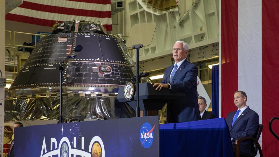 Американският вицепрезидент Майк Пенс представя капсулата Orion