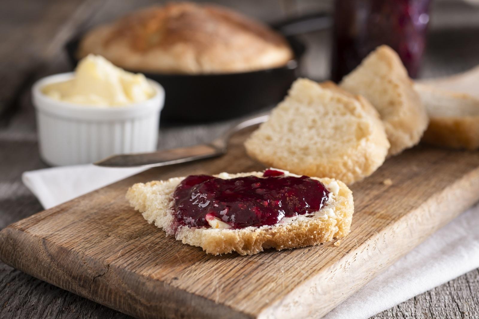 Бял препечен хляб Ако искаме да хапваме хляб, то трябва да се разделим с пухкавите бели филии. Пълнозърнестият хляб е с много повече полезни вещества, отколкото белият. Фибрите в него подобряват храносмилането, той е богат на витамини от Б групата и покачва бавно кръвната ни захар.