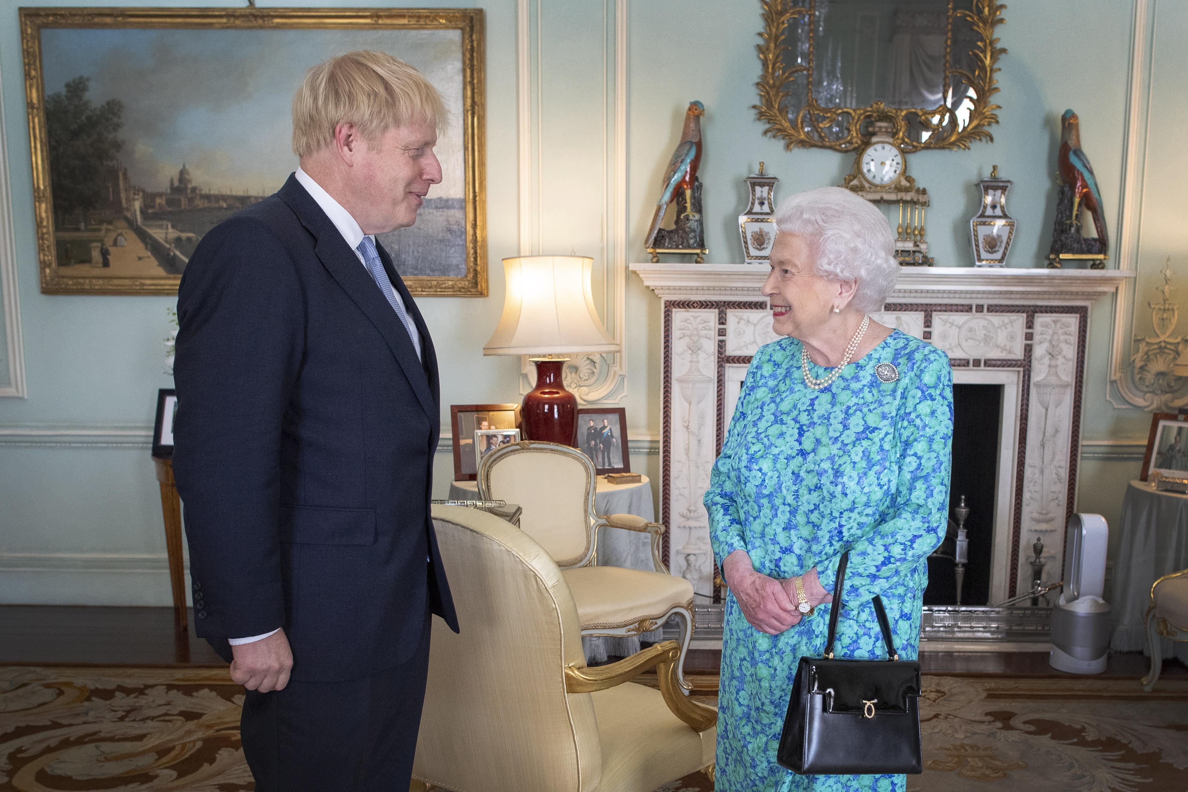 Това стана малко след пристигането му в Бъкингамския дворец за аудиенция при кралица Елизабет Втора. На нея той бе натоварен със задачата да сформира ново правителство. По-късно през деня последваха оставки и нови назначения в новото британско правителство.