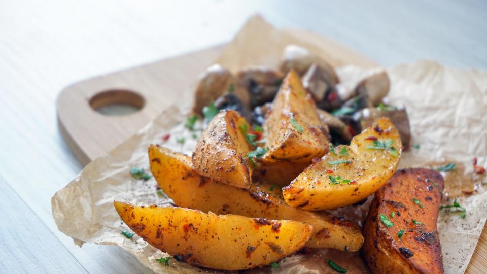 Печени картофи с копър и чесън