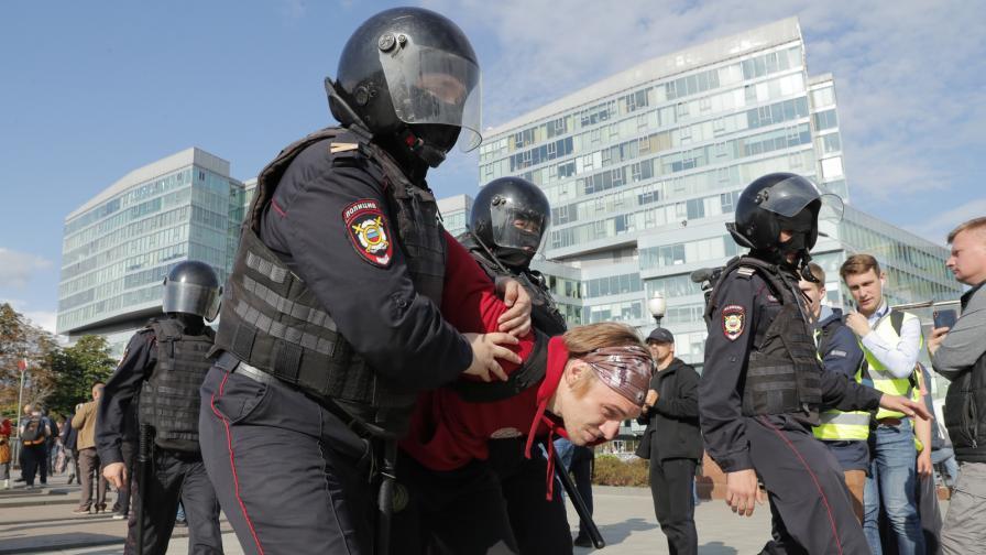 Близо 600 арестувани на протест в Москва