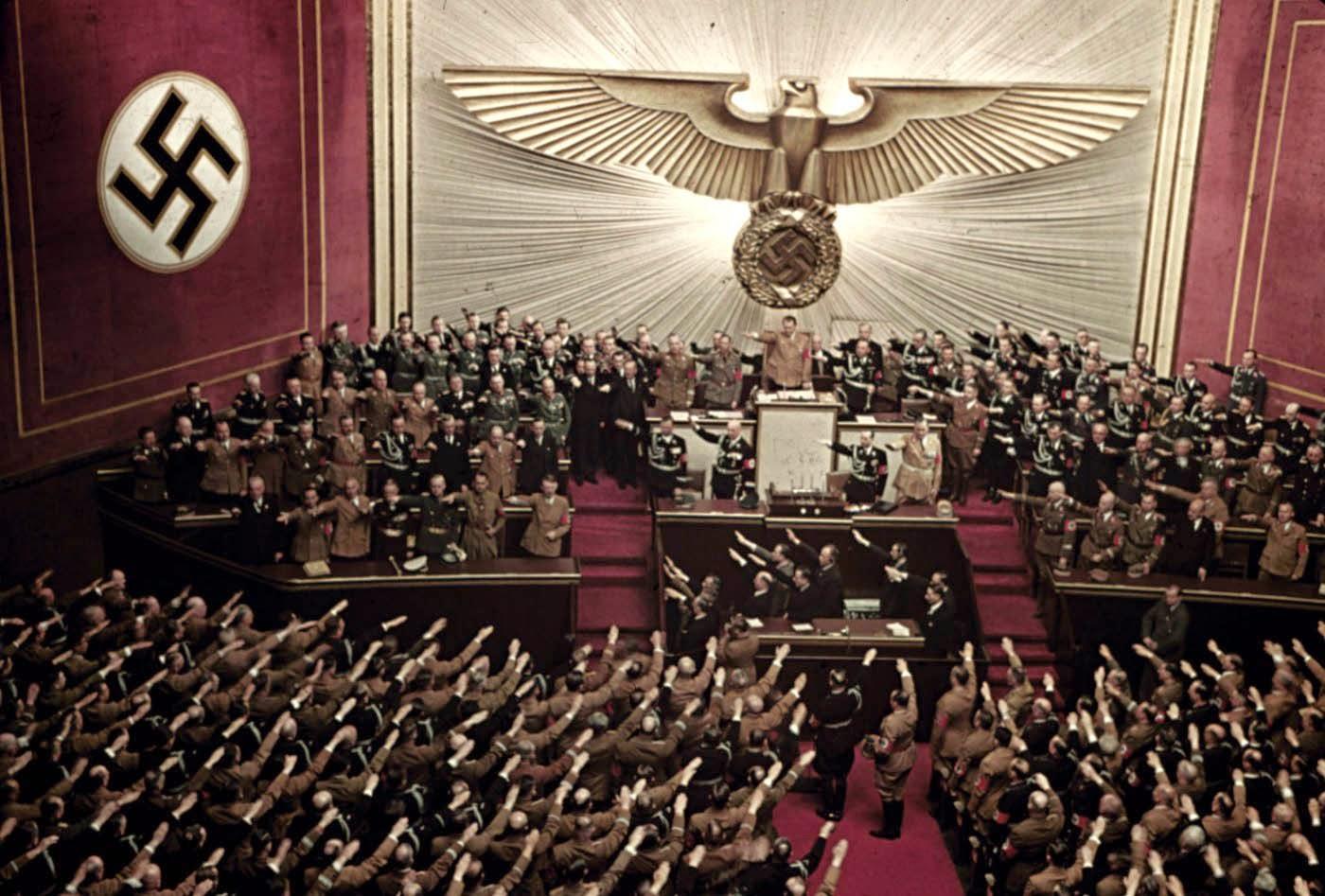 <p>1939: Адолф Хитлер държи реч в операта в Берлин.</p>