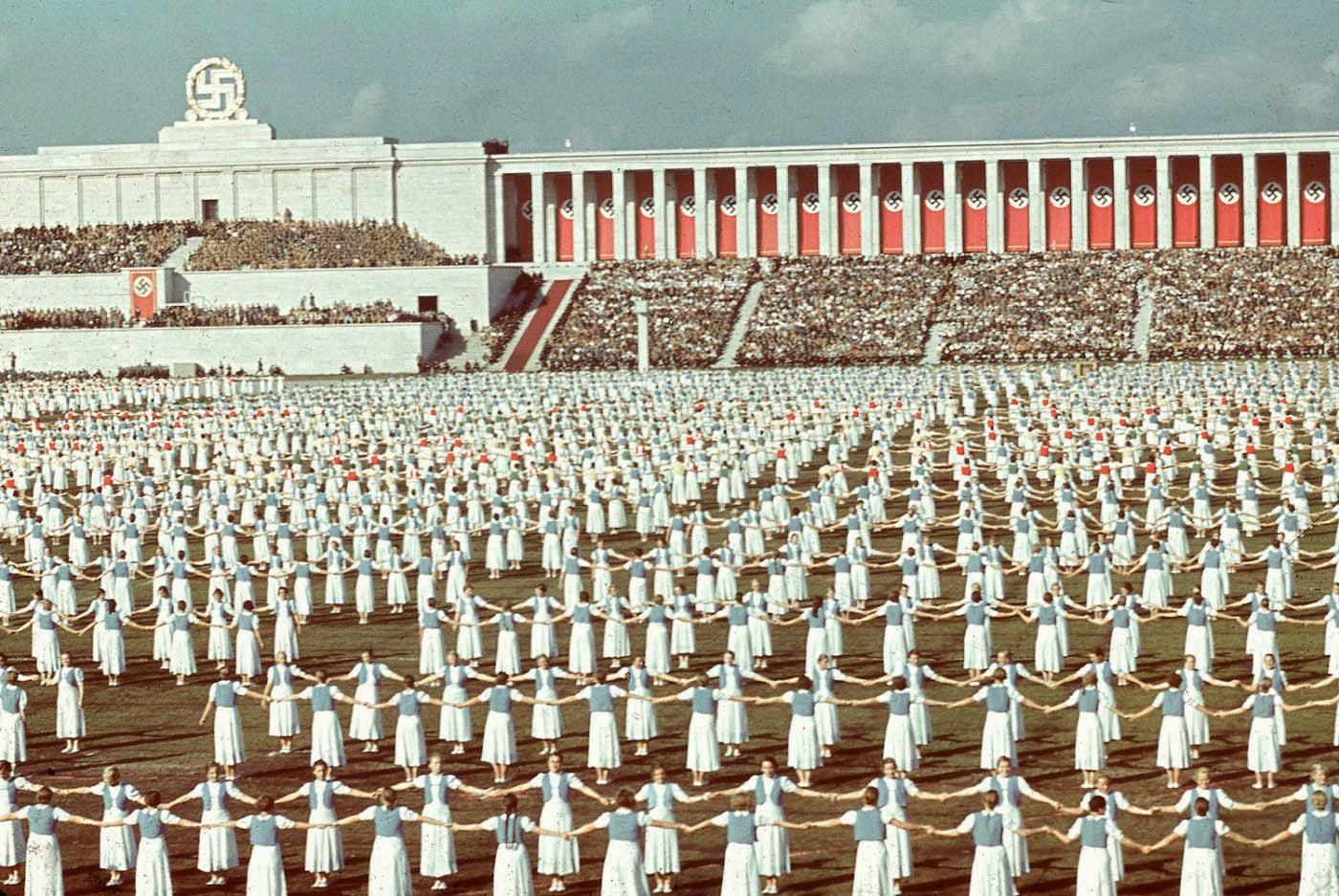 <p>1938: Германки танцуват на церемонията по откриване на Конгреса на партията на Райха в Нюремберг, Бавария.</p>