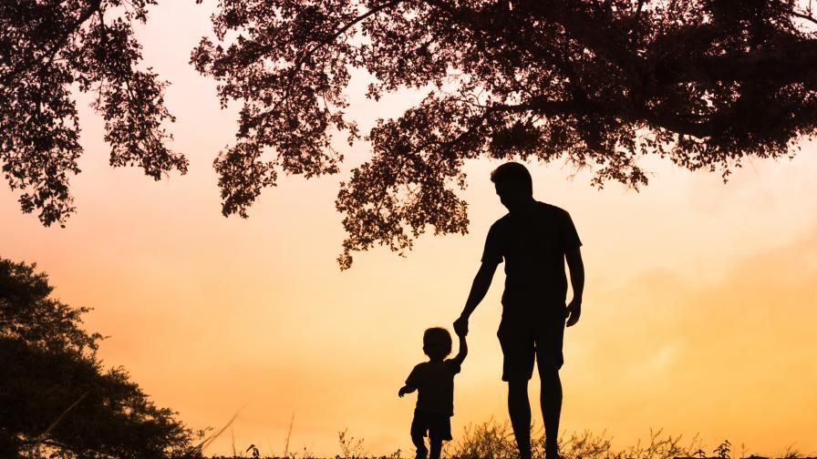 Баща опитва да запази децата си в България