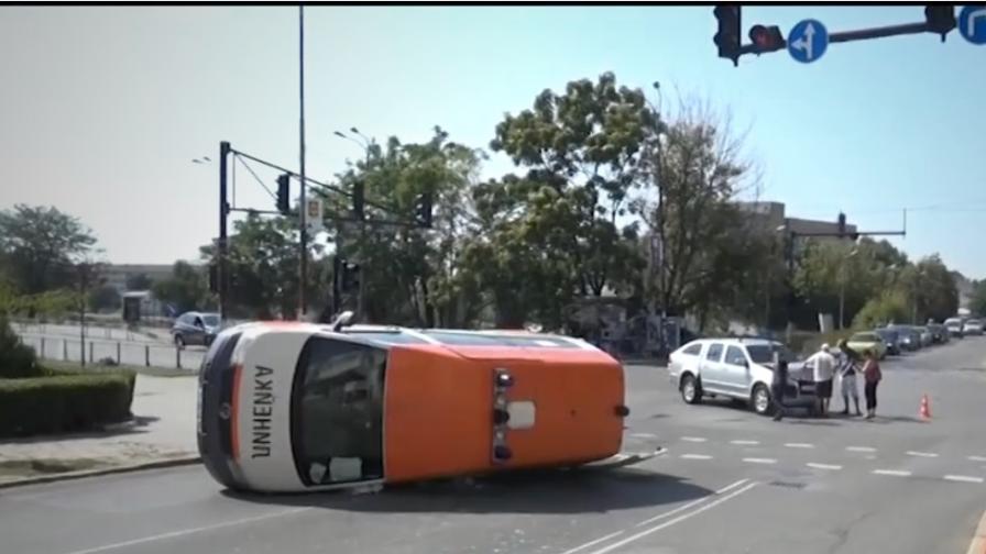 <p>Джип преобърна линейка, пострада лекар</p>
