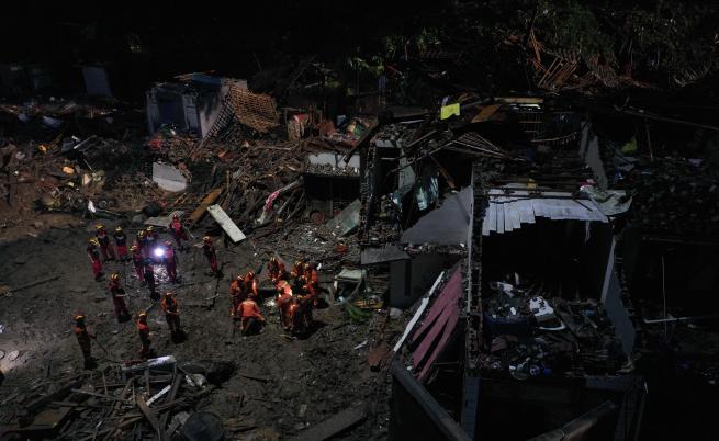 Страшен тайфун удари Китай, жертви и изчезнали