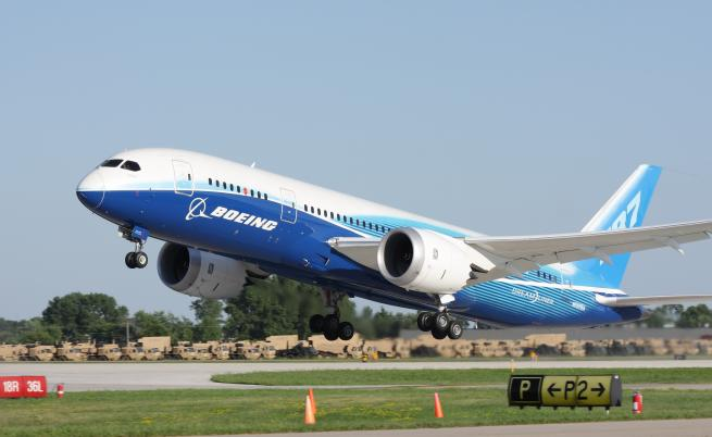 Падащи части от Боинг 787 повредиха коли и къщи