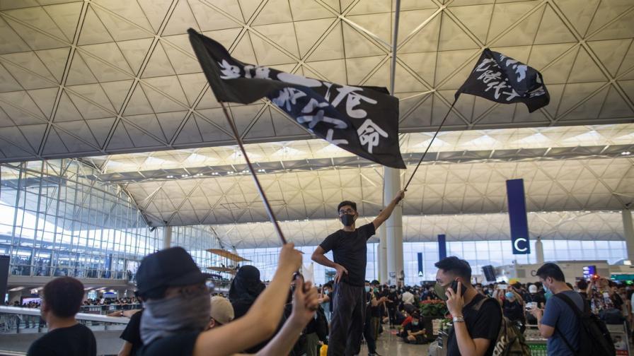 Заплахата, която Китай оставя да тегне над Хонконг