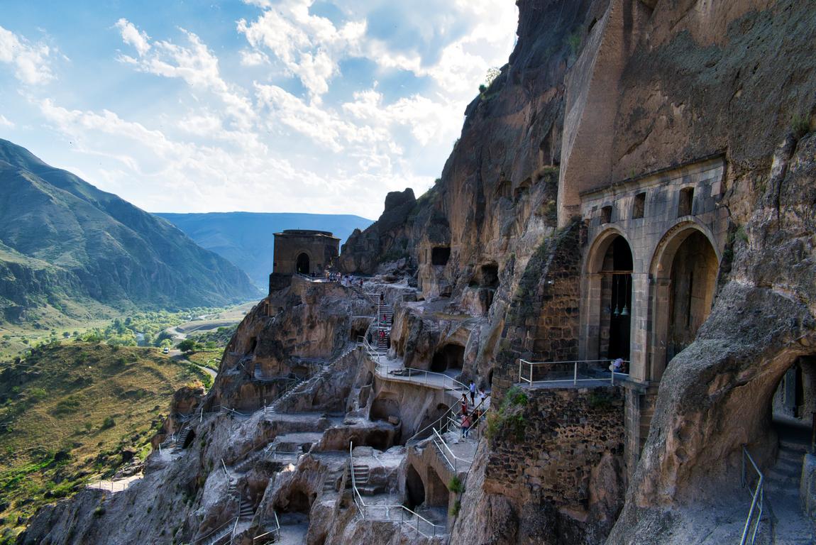 <p>Вардзия е древен пещерен манастирски комплекс и град от 12 &ndash; 13 век, разположен в южната част на Грузия, важен паметник на грузинското фортификационно, архитектурно и художествено изкуство</p>