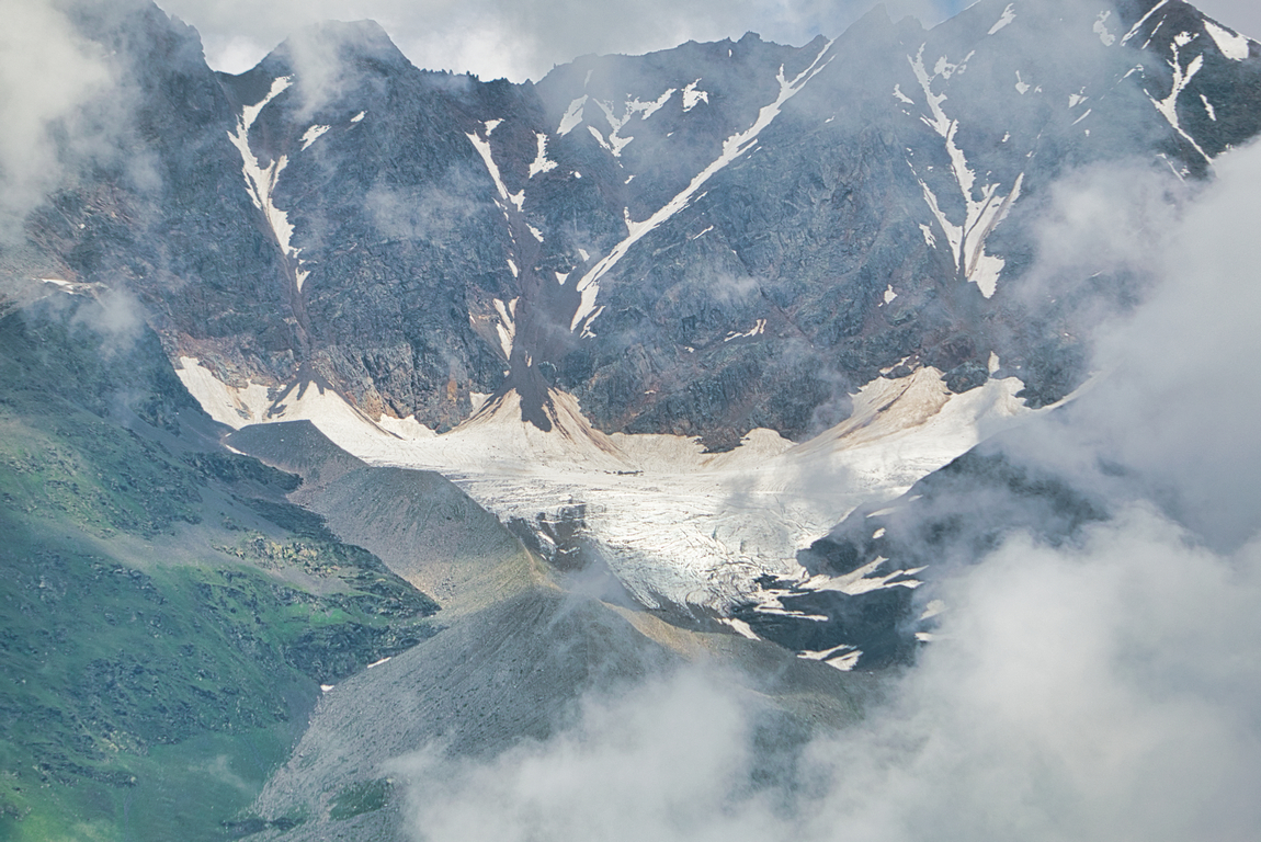 <p>В нея се намират най-високите и най-красиви планински върхове в тази планина</p>