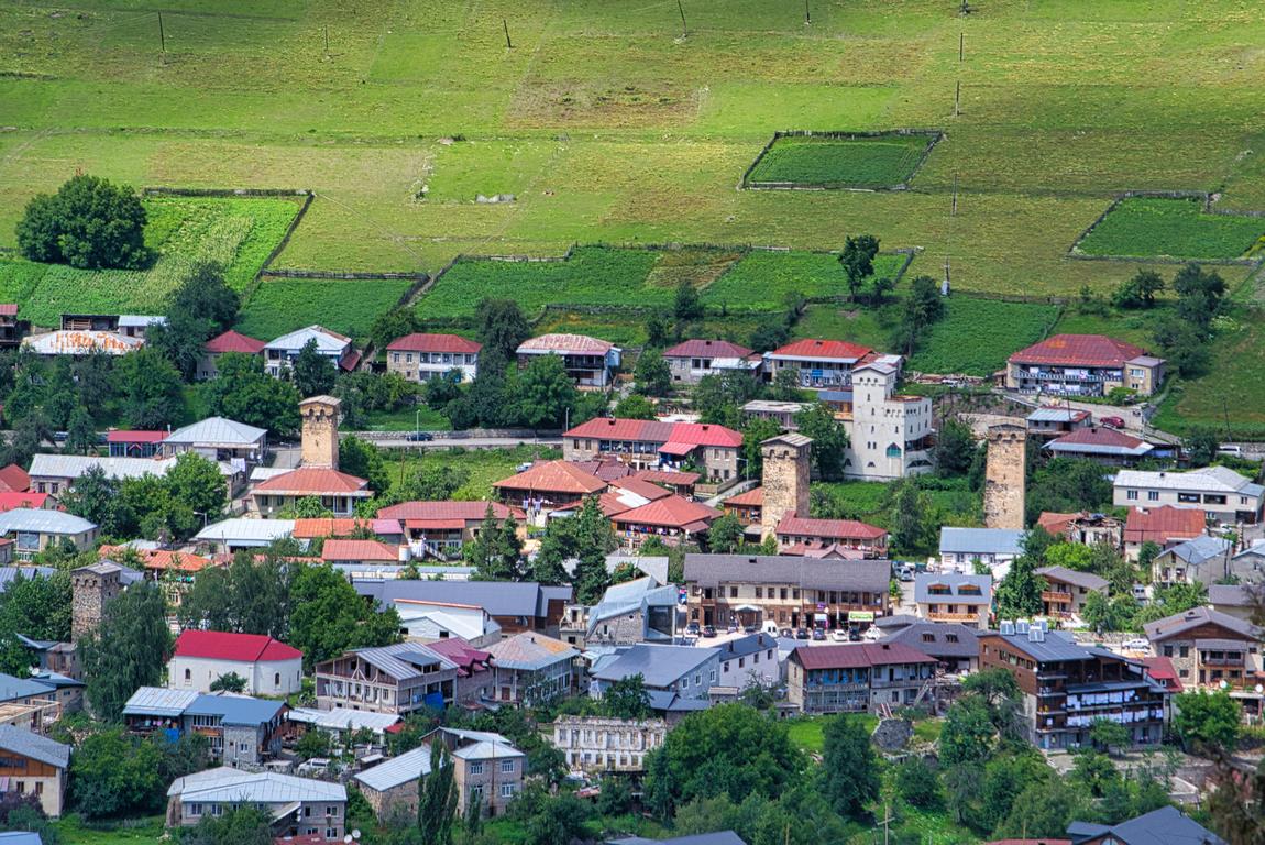 <p>Разположено е на южните склонове на Голям Кавказ, при сливането на реките Местиачала и Мулахура</p>