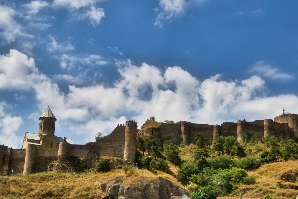 <p>Тбили́си (до 1936 г. Тифлис) е столицата на Грузия. Разположен е на река Кура и към 2014 г. има около 1 062 282 жители&nbsp;</p>