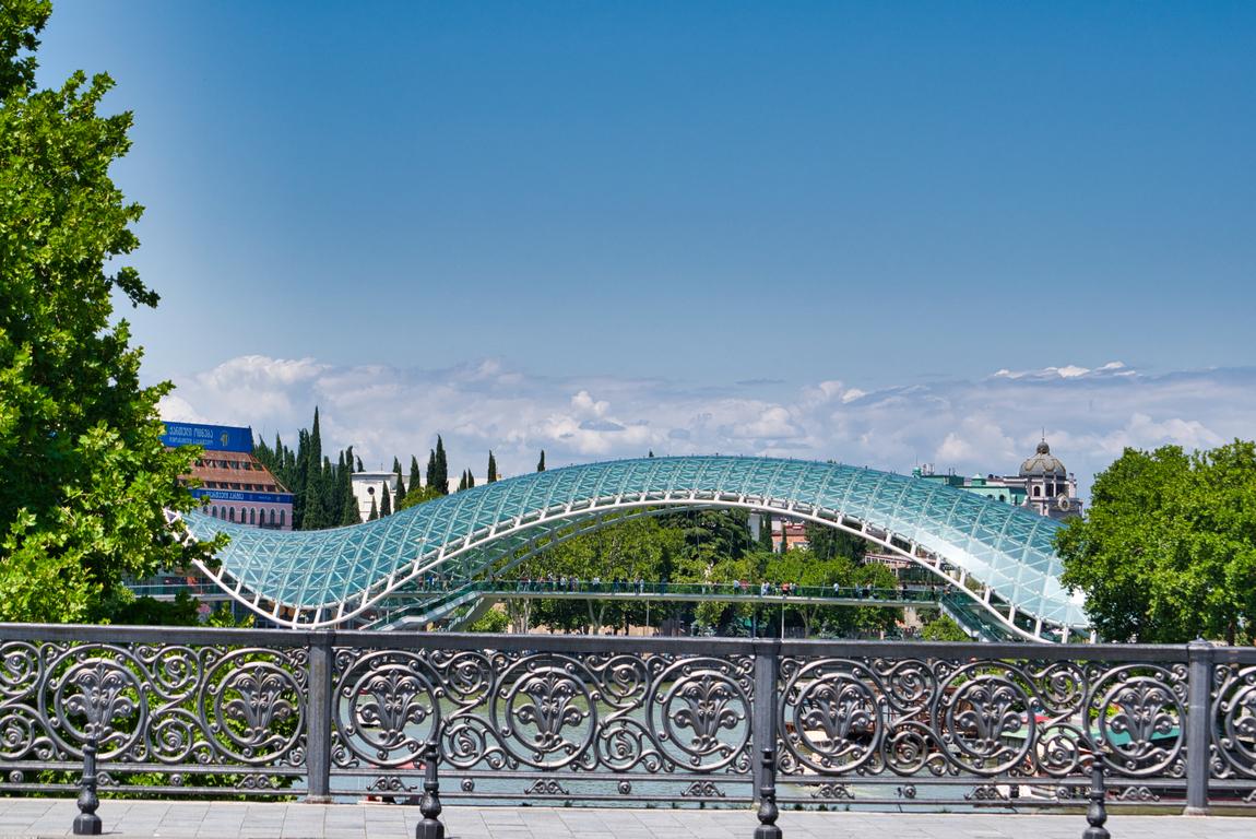 <p>Мостът на мира е пешеходен мост, намиращ се в столицата на Грузия &ndash; Тбилиси, построен по инициатива на грузинския президент Михаил Сакашвили. Състои се от 156 м висока стоманена конструкция, покрита със стъкло и крепяща се на четири опори. Архитект на моста е италианецът Микеле Де Лучи</p>