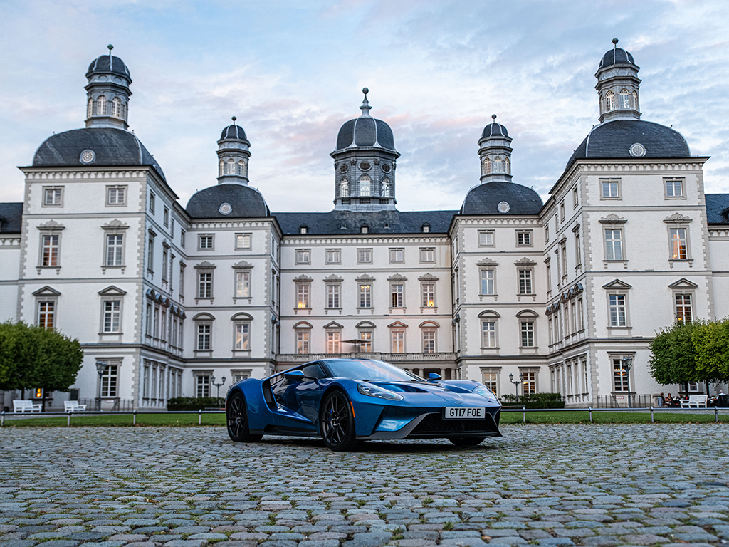 В Европа има 80 продадени такива автомобила, а нашата медия една от двете в България, на които се даде ексклузивен достъп до струващия 550 000 евро автомобил (преди данъците).