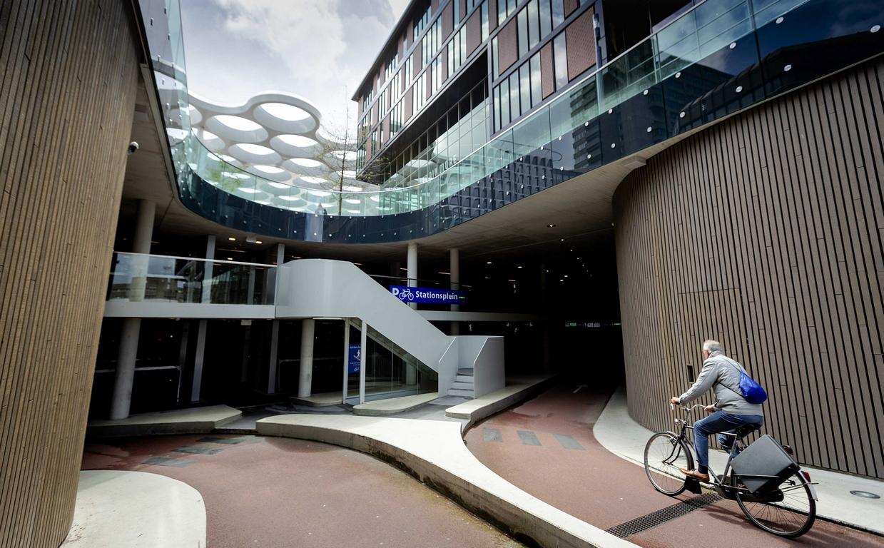 Обща гледка към Stationpleinstalling, най-голямото съоръжение за паркиране на велосипеди в света в Утрехт, Холандия. В него има 12 500 паркоместа