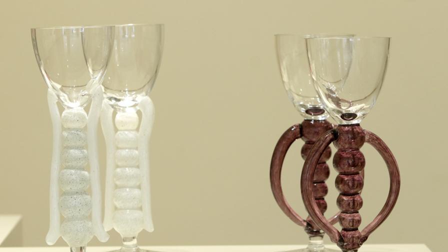 Художничката Веси Гекова представя стъкло, произведено по стара италианска техника