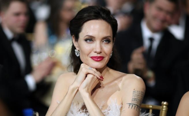 Анджелина Джоли: Опитвам се да не плача (ВИДЕО)