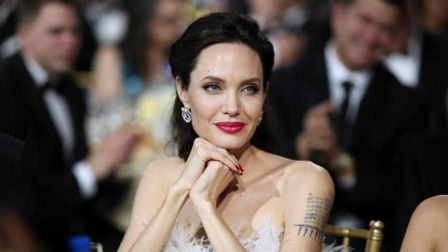 <p><strong>Анджелина Джоли</strong>: Опитвам се да не плача (ВИДЕО)</p>