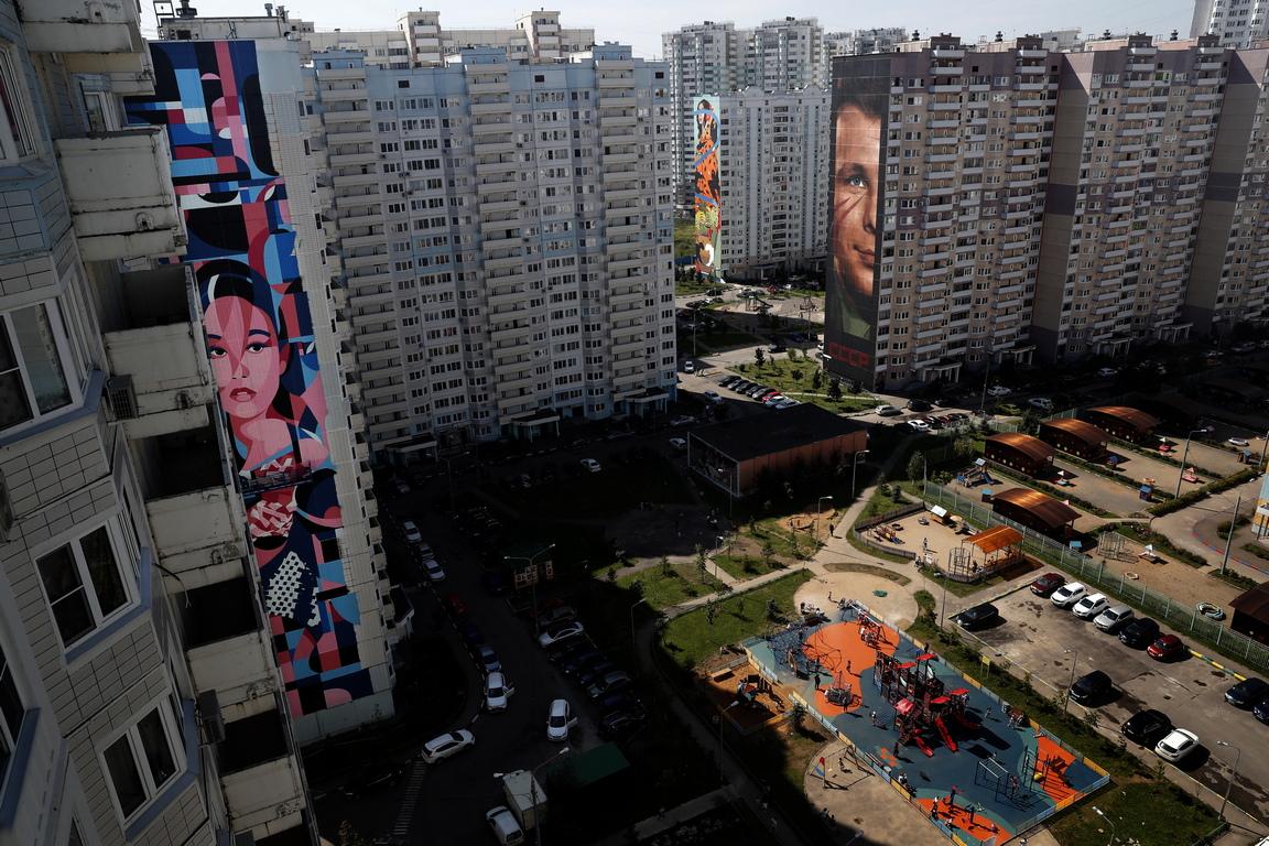 <p>Всички графити са изрисувани по фасадите на жилищни блокове в комплекс &quot;Новая Трехгорка&quot;, като по този начин се образува музей под открито небе, който официално ще бъде представен през септември. До този момент са завършени 10 творби.</p>