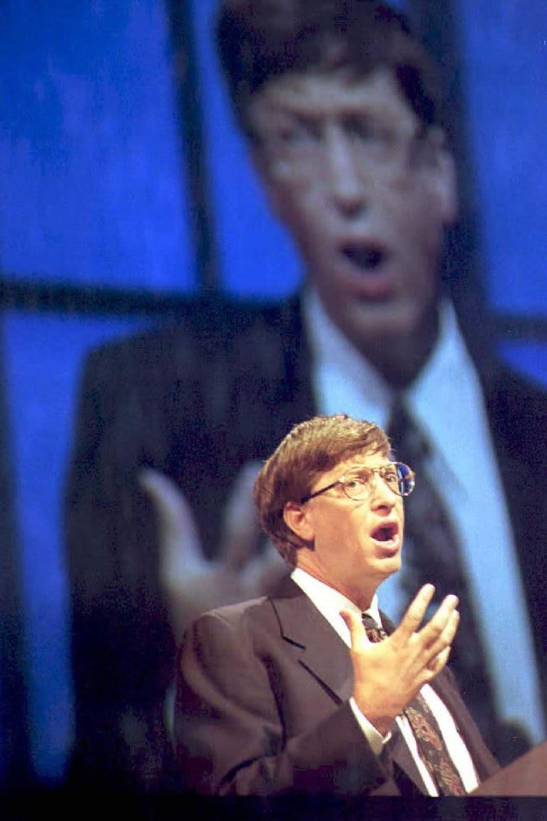 <p>Бил Гейтс обявява датата на стартирането на продажбите на Windows 95 в Атланта, Джорджия.</p>