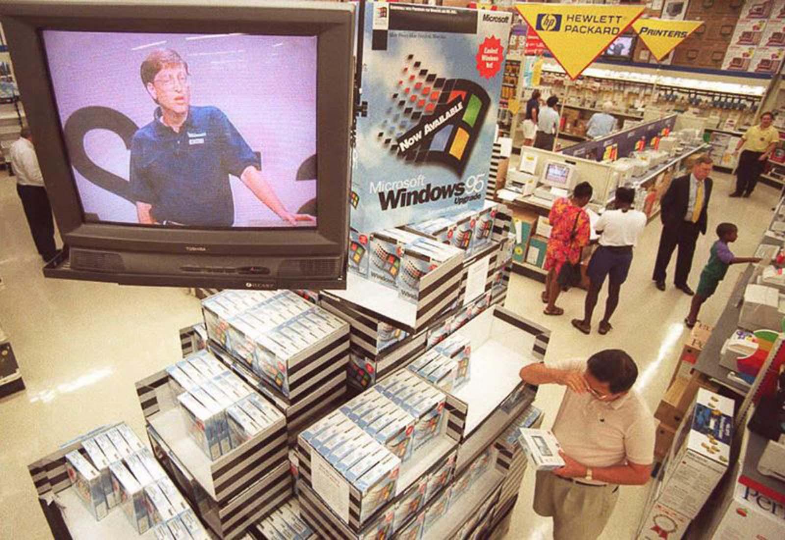 <p>Бил Гейтс разяснява за Windows 95 по телевизията.</p>