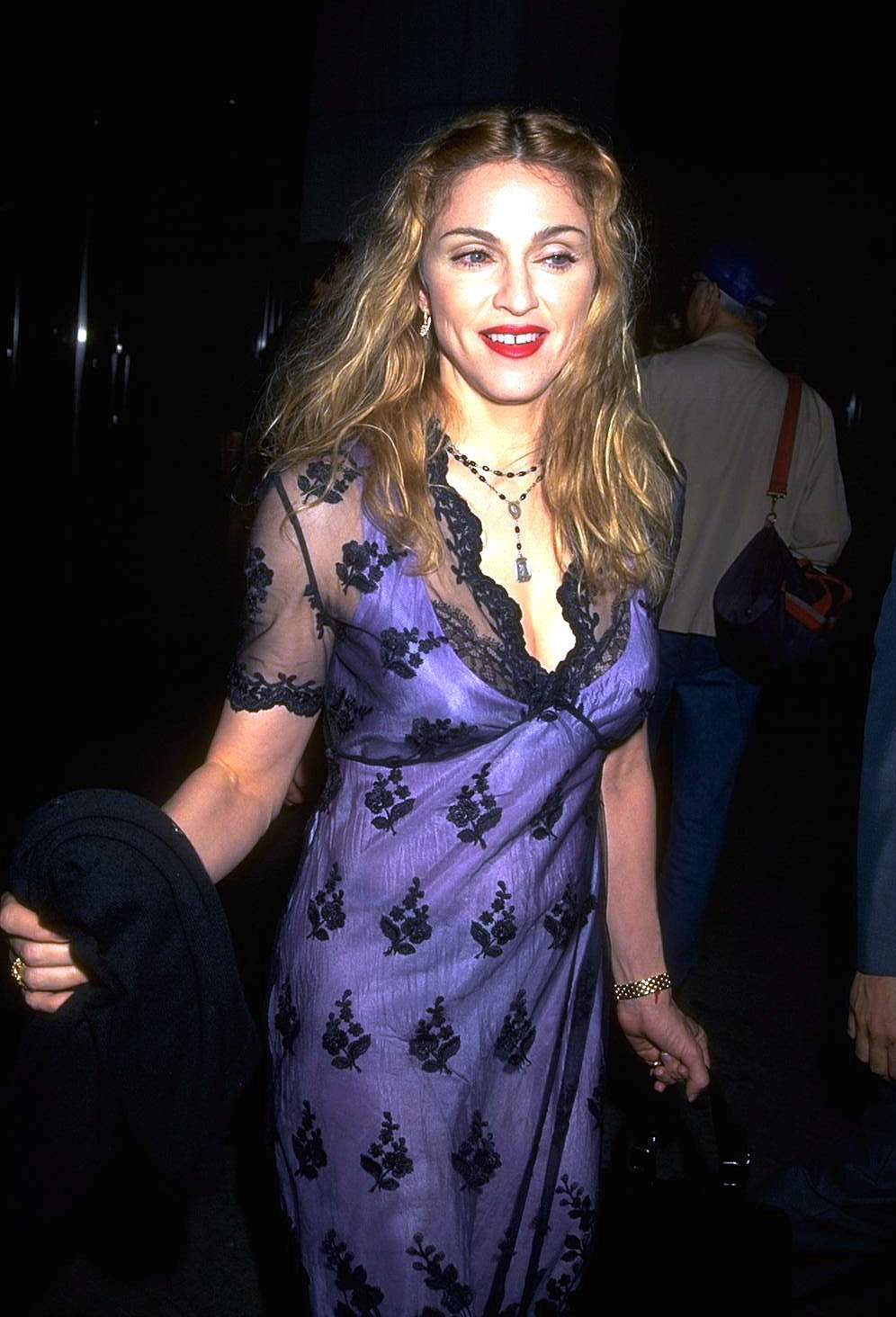 <p><strong>Мадона</strong></p>  <p>Няма как без Мадона през 90-те. Голяма коса, тежък грим и откровена сексуалност &ndash; запазените марки на Кралицата на попа през това десетилетие.</p>