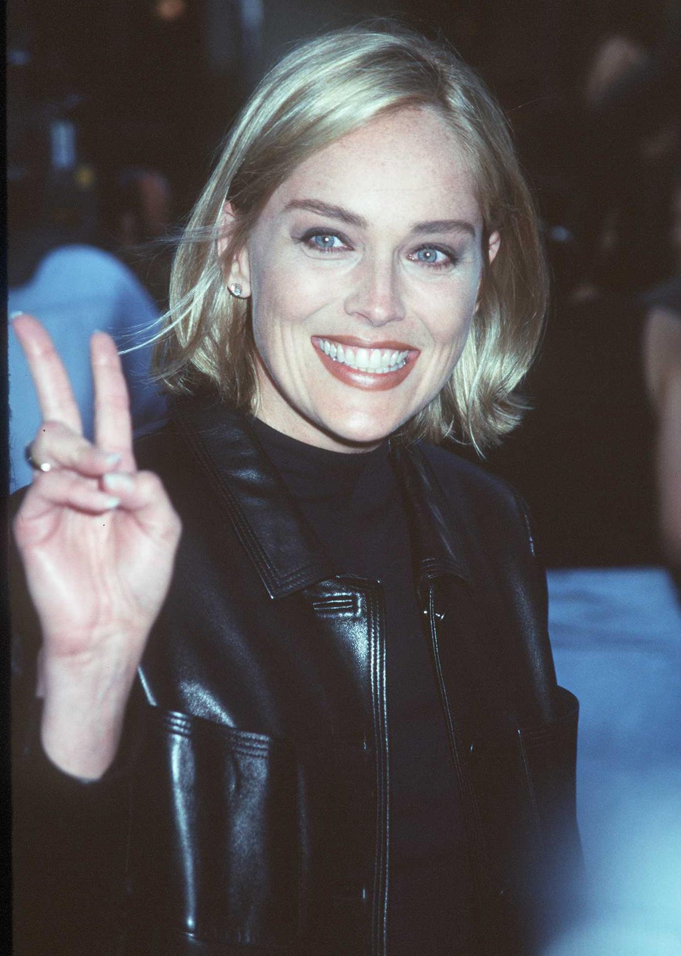 <p><strong>Шарън Стоун</strong></p>  <p>Звездата от култовия филм &bdquo;Първичен инстинкт&ldquo; има репутацията на ледена блондинка с вид на лошо момиче. И до днес тя си остава еталон за красота.</p>