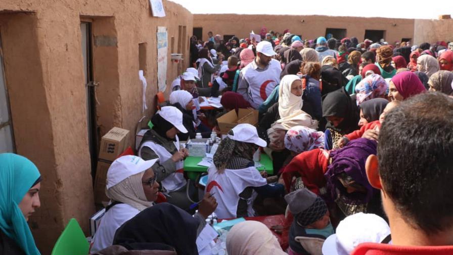 Раздаване на хуманитарна помощ в лагера Рукбан през 2018 г.