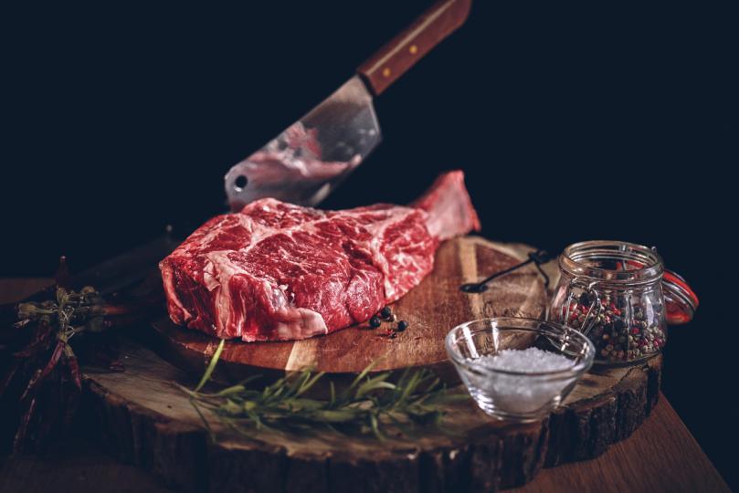 <p><strong>Грешка 1:&nbsp;Прекалено много бързате</strong></p>  <p>Важно е, когато започнем да&nbsp;готвим месо, то да бъде със стайна температура. Отделете време, ако ще използвате замразен продукт, той да достигне плавно до желаната температура. Също така е важно внимателно да избършете месото с хартиена кърпа, за да получите суха повърхност преди готвене.&nbsp;Ако ще&nbsp;мариновате месото, отделете достатъчно време и за този етап. Нужно е известно време, за да поеме вкусовете и да се увеличи ефекта от&nbsp;маринатата. 30 минути са минимум, но е за предпочитане по-дълго, ако имате възможност.</p>