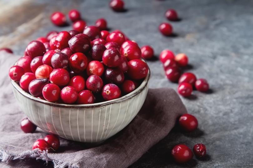 <p><strong>Червени боровинки</strong> - Те са най-добри между октомври и ноември. Те са ефективни срещу инфекции на пикочните канали, а ако се ядат пресни, забавят развитието на рак и предпазват от болести на устната кухина. Като цяло червените боровинки са пълни с антиоксиданти, а в 100 грама се съдържат над 4 грама фибри и над 13 мг витамин С.</p>