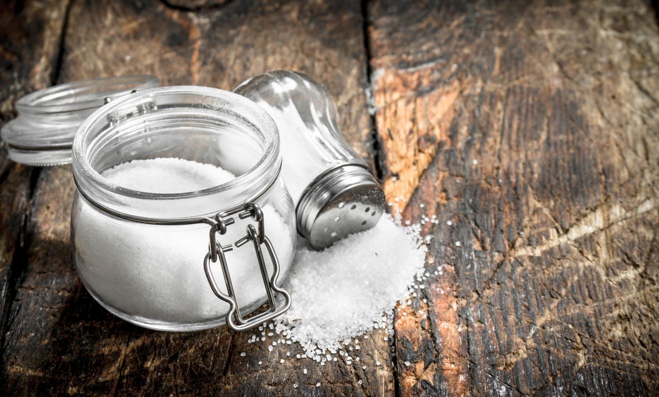 <p>Дневната доза сол, която се препоръчва от специалистите, е 3 грама. Тя трябва да е разделена между трите основни хранения, което прави по един грам сол на ядене.</p>