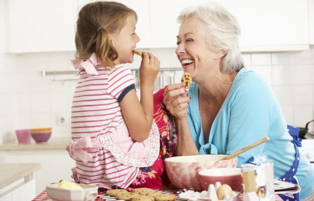 Класическа баба, гонеща с филия внуците