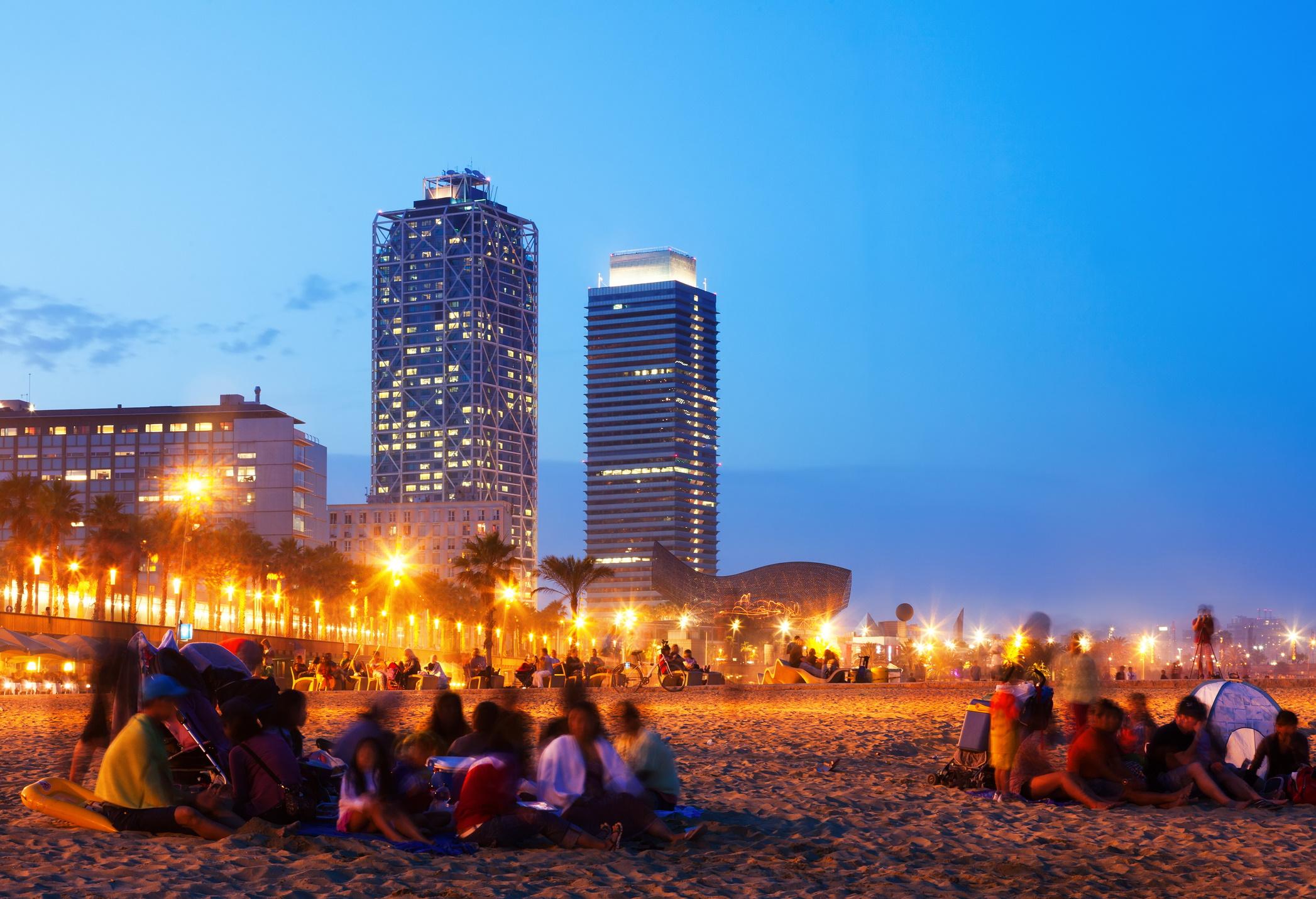 <p><strong>Барселона</strong></p>  <p>Нощният живот в Барселона се откроява със своето дълголетие. Под това имаме предвид, че там купоните са до зори буквално. Това не е никак странно предвид, че местните не вечерят преди 21 &ndash; 22 ч.</p>